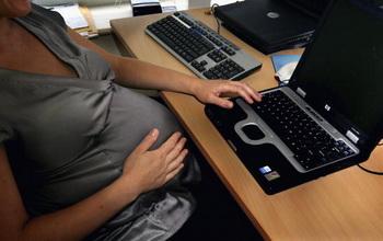 Родители уходят в онлайн. Фото: Daniel Berehulak/Getty Images