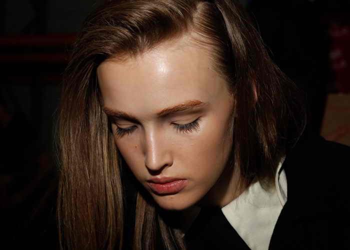 Важно выбрать такую марку шампуня, которая будет поддерживать ваши волосы в здоровом состоянии. Шампуни, приготовленные на натуральной основе, защищают волосы и делают их мягкими и блестящими. Фото: Jennifer Polixenni Brankin/Getty Images