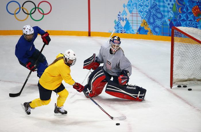 Действующий чемпион мира по женскому хоккею, команда США, провела тренировку в Сочи 2 февраля в преддверии выступлений на Олимпийских играх. Фото: Martin Rose/Getty Images