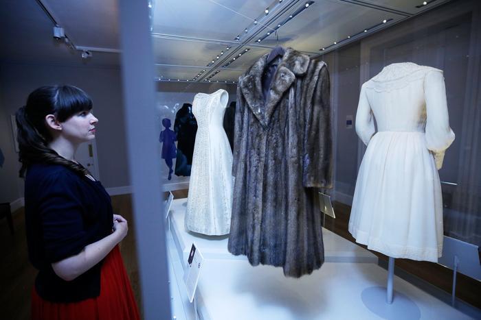 Королевские платья Елизаветы II, принцессы Маргарет и принцессы Дианы представили на выставке «Мода правит» в Кенсингтонском дворце Лондона 4 июля 2013 года. Фото: Matthew Lloyd/Getty Images