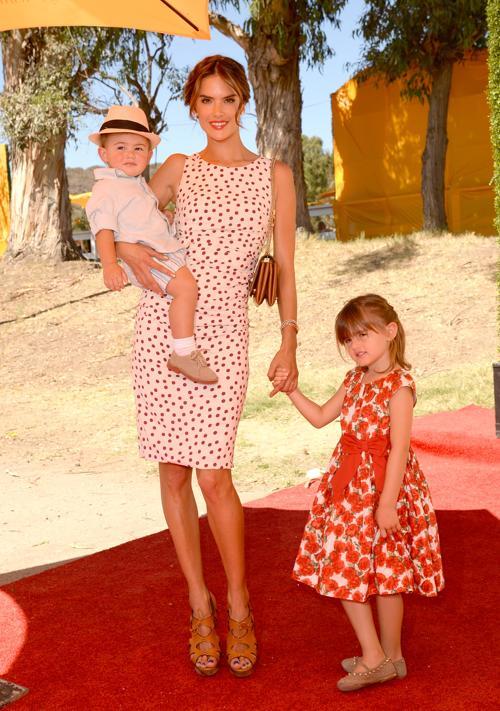 Популярная бразильская модель Алессандра Амбросио с детьми посетили благотворительный турнир по классическому поло, организованный с целью сбора средств на поддержание государственного исторического парка Лос-Анджелеса (США) 6 октября 2013 года. Фото: Jason Merritt/Getty Images for Veuve Clicquot