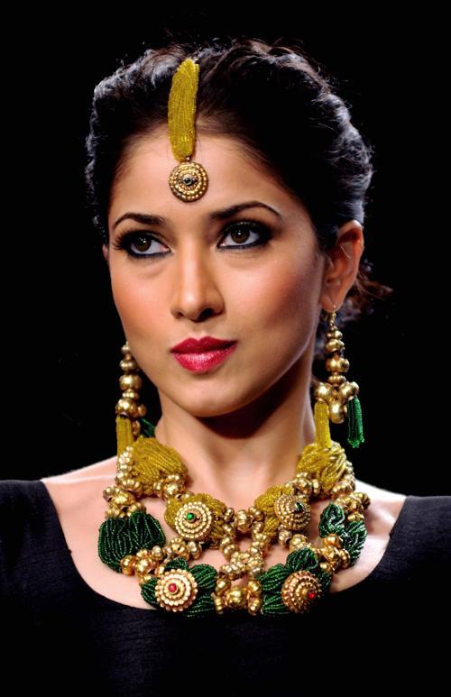 Индийская модель. Модные причёски представили знаменитости в августе 2013 года. Фото: STR/AFP/Getty Images