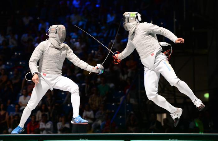 Вениамин Решетников в финале командного зачёта саблистов 10 августа 2013 года на Чемпионате мира в Будапеште. Фото: ATTILA KISBENEDEK/AFP/Getty Images