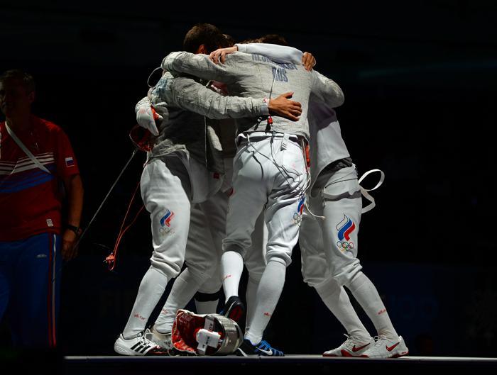 Мужская сборная России по фехтованию в командном зачёте на саблях завоевала первое место 10 августа 2013 года на Чемпионате мира в Будапеште, Венгрия. Фото: ATTILA KISBENEDEK/AFP/Getty Images