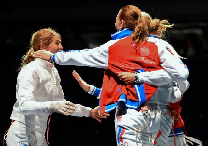 Женская сборная России выиграла золото Чемпионата мира по фехтованию на шпагах в венгерской столице 11 августа 2013 года. Фото: ATTILA KISBENEDEK/AFP/Getty Images