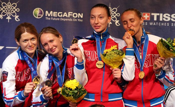 Женская сборная России выиграла золото Чемпионата мира по фехтованию на шпагах в венгерской столице 11 августа 2013 года. Фото: FERENC ISZA/AFP/Getty Images