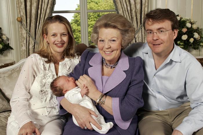 Королева Беатрикс, принц Фризо и принцесса Мэйбл с новорождённой принцессой Луаной 24 апреля 2005. Фото: MARCEL ANTONISSE/AFP/Getty Images