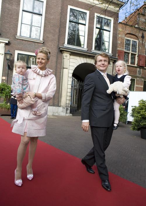 Принц Йохан Фризо и принцесса Мэйбл с дочерьми — принцессами Зарией и Луаной, 20 октября 2007 года в Гааге. Фото: Michel Porro/Getty Images