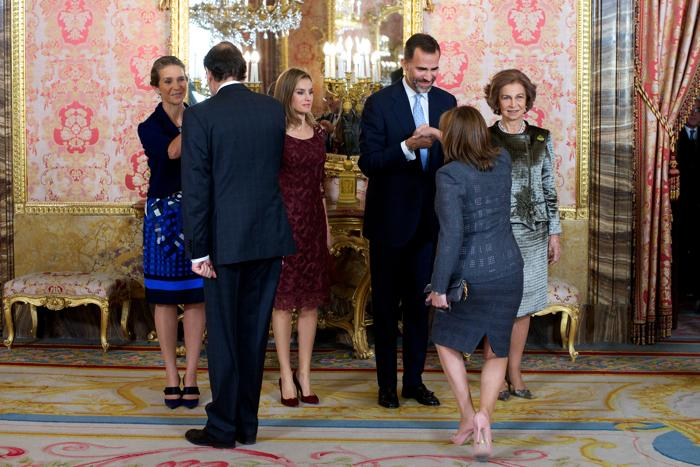 Королева Испании София, принц Филипе с супругой, принцессой Летицией, и принцесса Елена собрались 12 октября 2013 года на приёме во дворце Зарзуэла по случаю празднования Национального дня Испании. Фото: Carlos Alvarez/Getty Images