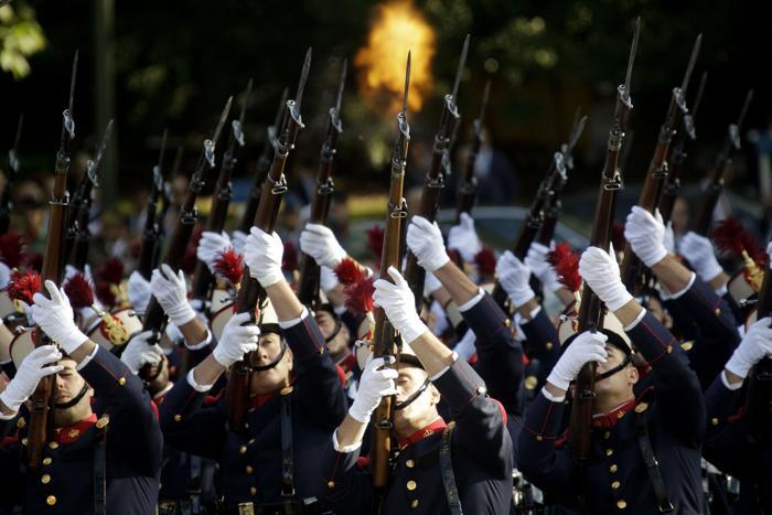 Военный парад прошёл 12 октября 2013 в Мадриде по случаю празднования Национального дня Испании. Фото: Eduardo Parra/Getty Images