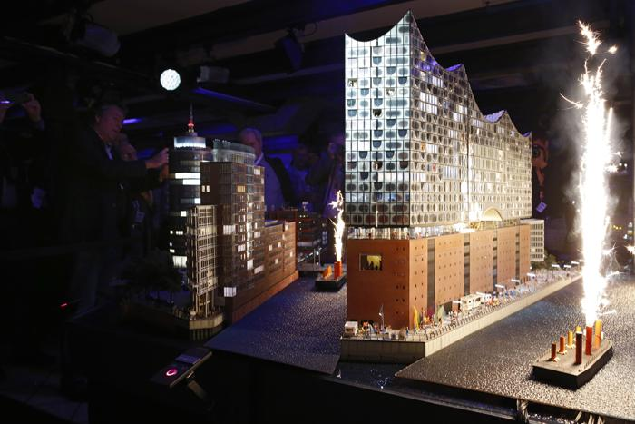 Презентация модели здания филармонии на Эльбе прошла 13 ноября 2013 года в гамбургском музее игрушечных дорог (Германия).Фото: Philipp Guelland/Getty Images