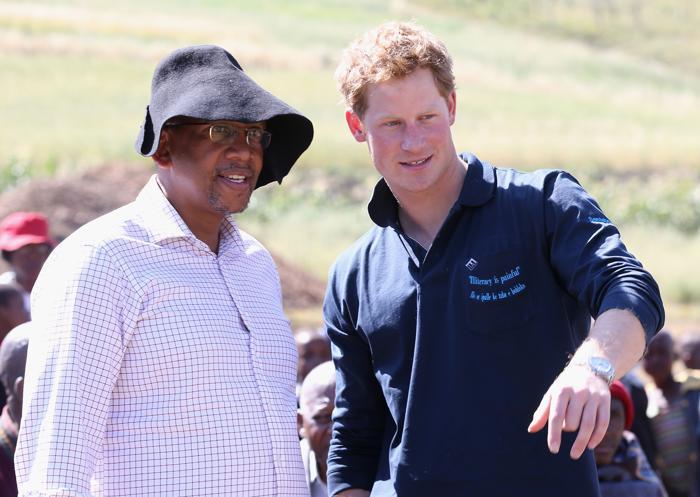 Принц Гарри принял участие в закладке новой школы в Лесото 26 февраля 2013 года вместе с принцем Лесото Сиисо. Фото: Chris Jackson - WPA Pool /Getty Images