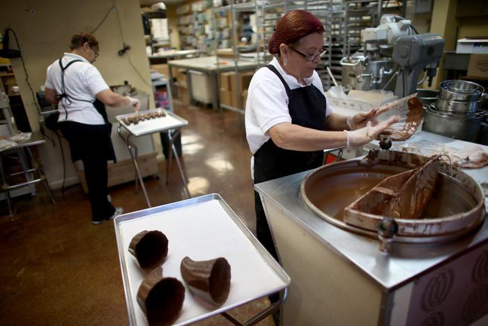 Создание изделий в шоколадном магазине Le Chocolatier 14 октября 2013 года в Северном Майями, Флорида, США. Фото: Joe Raedle/Getty Images