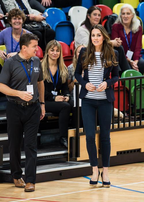 Герцогиня Кембриджская Кэтрин, супруга британского принца Уильяма, впервые после родов приняла участие в общественном мероприятии без мужа и сыграла в волейбол 18 октября 2013 года. Фото: Ian Gavan/Getty Images