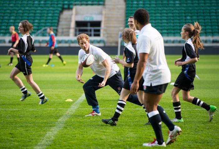 Британский принц Гарри принял участие в тренировке юниоров футбольного союза регби (РфС) на самом большом в мире стадионе для регби «Туикенем» под Лондоном 17 октября 2013 года. Фото: Ian Gavan/AFP/Getty Images
