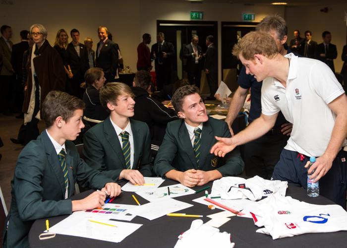 Принц Гарри посетил школу РФС и встретился с сотрудниками и учениками 17 октября 2013 года. Фото: Ian Gavan/AFP/Getty Images