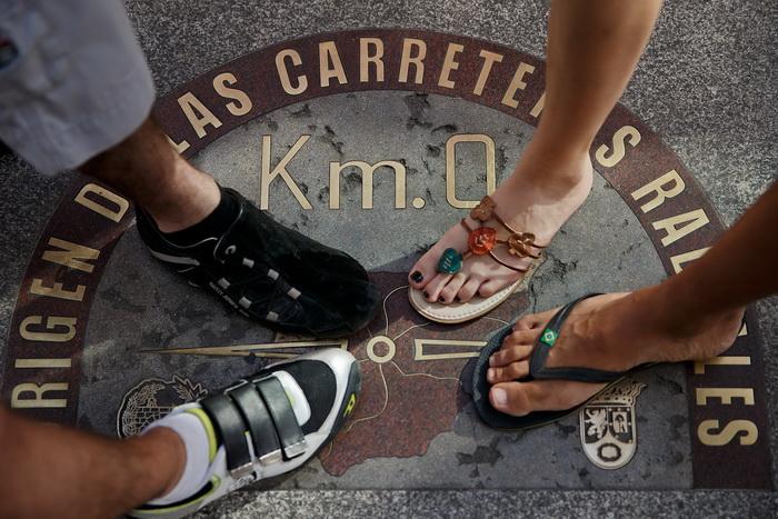 Туристы на плите «0 километр» в Мадриде, Испания. Фото: Gonzalo Arroyo Moreno/Getty Images