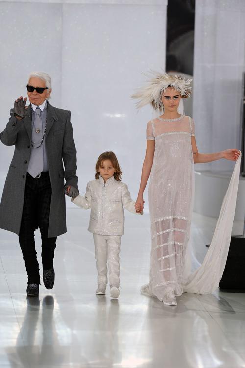 Карл Лагерфельд, креативный директор Chanel и модель Кара Делевинь на показе кутюрной коллекции лето-осень 2014 на Неделе высокой моды 20 января. Фото: Pascal Le Segretain / Getty Images