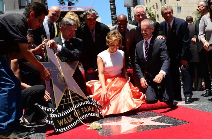 Дженнифер Лопес прибыла на церемонию закладки её именной звезды на Аллее славы Голливуда. Фото: FREDERIC J. BROWN/AFP/Getty Images