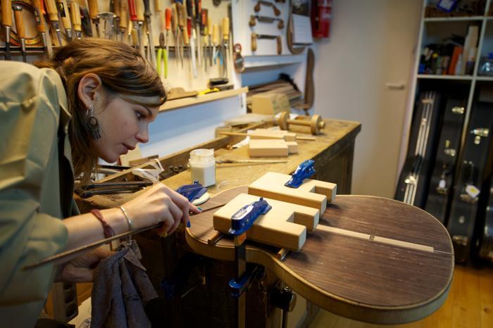 Дочь мастера Фелипе Конде, Мария, помогает отцу в семейном деле по производству гитар в мастерской Мадрида, Испания. Апрель 2013 года. Фото: Carlos Alvarez/Getty Images