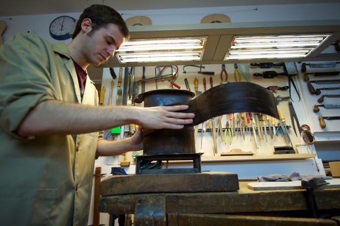 Сын мастера Фелипе Конде помогает в семейном деле по производству гитар в мастерской Мадрида, Испания. Апрель 2013 года. Фото: Carlos Alvarez/Getty Images