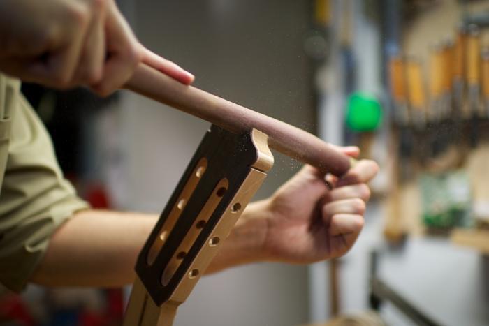 Потомственный гитарный мастер, испанец Фелипе Конде, производит в мастерской Мадрида (Испания) гитары фламенко и классические гитары ручной работы для специалистов со всего мира. Апрель 2013 года. Фото: Carlos Alvarez/Getty Images
