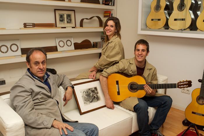 Гитарный мастер Испании Фелипе Конде, его дети Мария и Фелипе, в мастерской по производству гитар ручной работы в Мадриде, Испания. Апрель 2013 года. Фото: Carlos Alvarez/Getty Images
