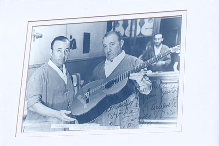 Основали гитарную мастерскую дед и отец Фелипе Конде в 1915 году. Мастер представил старую фотографию тех времён, когда только начиналось их производство гитар в Мадриде, Испания. Апрель 2013 года. Фото: Carlos Alvarez/Getty Images