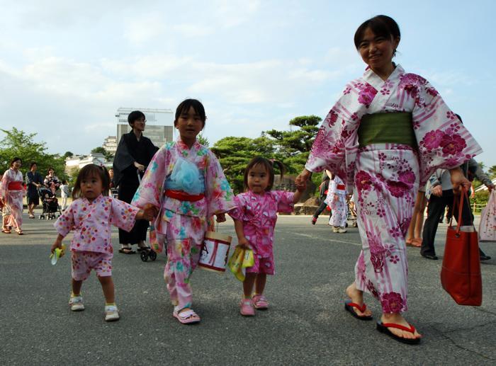 Фестиваль кимоно в Химедзи является самой крупной торговой площадкой кимоно и других традиционных товаров в Западной Японии. Фото: Buddhika Weerasinghe/Getty Images