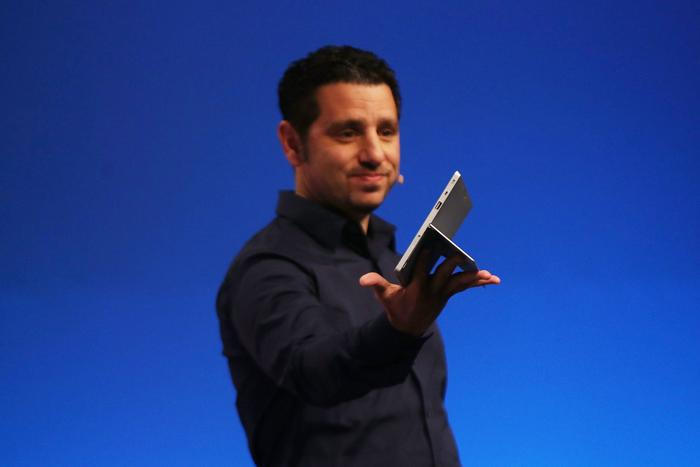 Презентацию второго поколения планшетов провёл в Нью-Йорке Панос Панай, вице-президент корпорации Microsoft по устройствам Surface, 23 сентября 2013 года. Фото: Spencer Platt/Getty Images