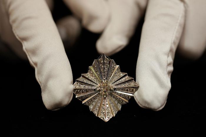 Ювелир Ханна Мартин представила кольцо из 18-каратного белого золота с бриллиантом 2,5 карата на выставке украшений и других изделий из драгоценных металлов Goldsmiths' Fair 23 сентября 2013 года в Лондоне. Фото: Matthew Lloyd/Getty Images