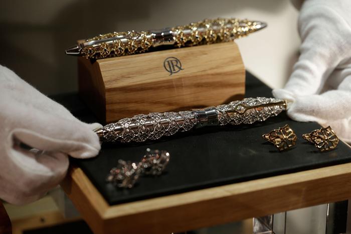 Джек Ров (Jack Row) представляет авторучку за 7695 фунтов стерлингов на выставке украшений и других изделий из драгоценных металлов Goldsmiths' Fair 23 сентября 2013 года в Лондоне. Фото: Matthew Lloyd/Getty Images