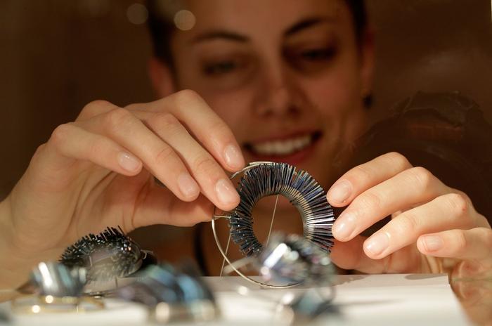 Хизер Вуф (Heather Woof) представила браслет на выставке украшений и других изделий из драгоценных металлов Goldsmiths' Fair 23 сентября 2013 года в Лондоне. Фото: Matthew Lloyd/Getty Images
