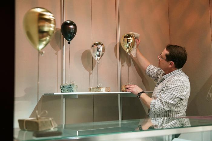 Джеймс Дугалл (James Dougall) представляет стенд на выставке украшений и других изделий из драгоценных металлов Goldsmiths' Fair 23 сентября 2013 года в Лондоне. Фото: Matthew Lloyd/Getty Images