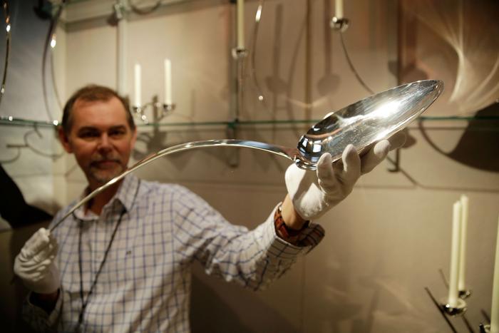 Серебряных дел мастер Бретт Пейн (Brett Payne) представляет метровую серебряную ложку на выставке украшений и других изделий из драгоценных металлов Goldsmiths' Fair 23 сентября 2013 года в Лондоне. Фото: Matthew Lloyd/Getty Images