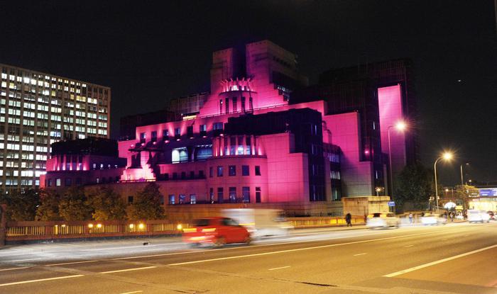 Здание МИ-6 в Лондоне стало подсвечиваться 23 октября 2013 года розовым цветом в рамках кампании по предотвращению рака молочной железы. Фото: Stuart C. Wilson/Getty Images for Breast Cancer Campaign