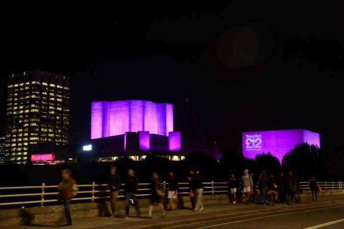 Национальный театр в Лондоне стал подсвечиваться 23 октября 2013 года розовым цветом в рамках кампании по предотвращению рака молочной железы. Фото: Ben A. Pruchnie/Getty Images for Breast Cancer Campaign