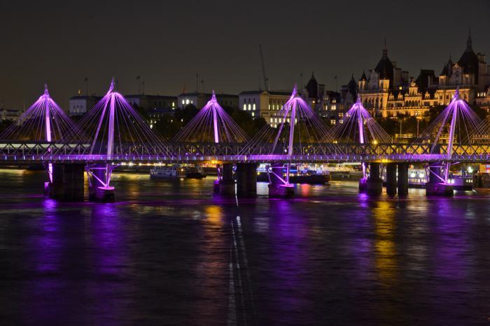 Мост Хангерфорд в Лондоне стал подсвечиваться 23 октября 2013 года розовым цветом в рамках кампании по предотвращению рака молочной железы. Фото: Ben A. Pruchnie/Getty Images for Breast Cancer Campaign