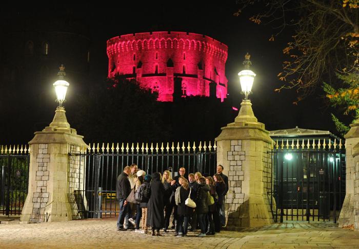 Виндзорский замок стал подсвечиваться 23 октября 2013 года розовым цветом в рамках кампании по предотвращению рака молочной железы. Фото: Eamonn M. McCormack/Getty Images for Breast Cancer Campaign
