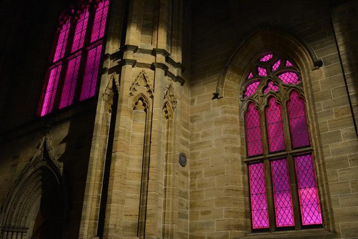 Многие достопримечательности в Глазго стали подсвечиваться 23 октября 2013 года розовым цветом в рамках кампании по предотвращению рака молочной железы. Фото: Martin Grimes/Getty Images for Breast Cancer Campaign