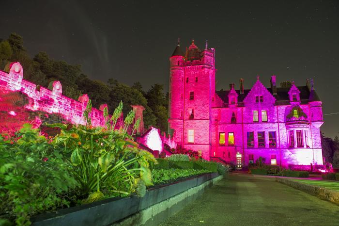 Замок в Белфасте стал подсвечиваться 23 октября 2013 года розовым цветом в рамках кампании по предотвращению рака молочной железы. Фото: Carrie Davenport/Getty Images for Breast Cancer Campaign