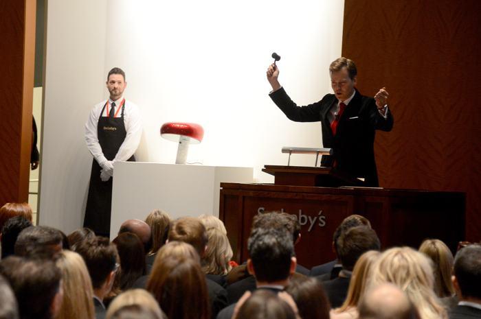Аукционист Оливер Баркер на аукционе вещей передового дизайна «Джони и Марк» в Нью-Йорке 23 ноября 2013 года. Фото: Theo Wargo/Getty Images for (RED)