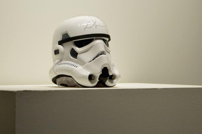Шлем штурмовика из серии «Звездных войн» с автографом Джорджа Лукаса на аукционе вещей передового дизайна «Джони и Марк» в Нью-Йорке 23 ноября 2013 года. Фото: Mike Coppola / Getty Images для (RED)
