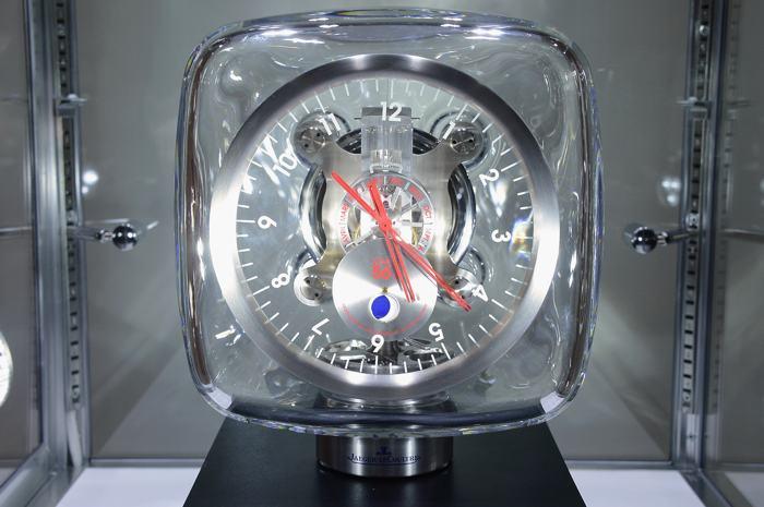 Часы на аукционе вещей передового дизайна «Джони и Марк» в Нью-Йорке 23 ноября 2013 года. Фото: Theo Wargo/Getty Images for (RED)