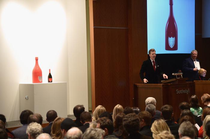 Аукционист Оливер Баркер на аукционе вещей передового дизайна «Джони и Марк» в Нью-Йорке 23 ноября 2013 года. Фото: Mike Coppola / Getty Images для (RED)