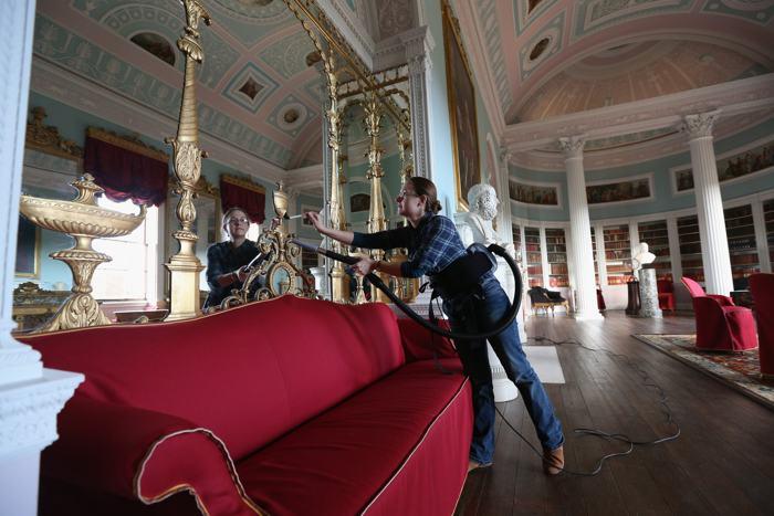 Последние подготовительные работы проводятся в Кенвуд-хаус — резиденции легендарного графа Уильяма Мюррея 17 века в Лондоне, где был проведён капитальный ремонт стоимостью несколько миллионов евро. Фото: Oli Scarff/Getty Images