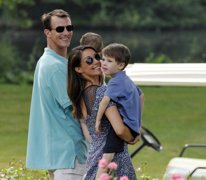 Принц Дании Иоаким с супругой, принцессой Мари, и сыном, принцем Феликсом, на летней фотосессии 27 июля 2013 года. Фото: Tim Riediger/Getty Images