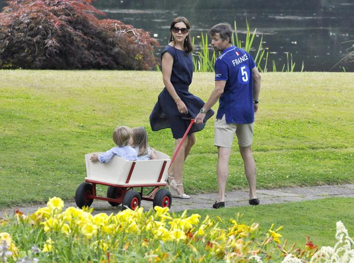 Кронпринц Дании Фредерик и кронпринцесса Мэри с детьми — принцем Винсентом и принцессой Жозефиной на летней фотосессии 27 июля 2013 года. Фото: Tim Riediger/Getty Images