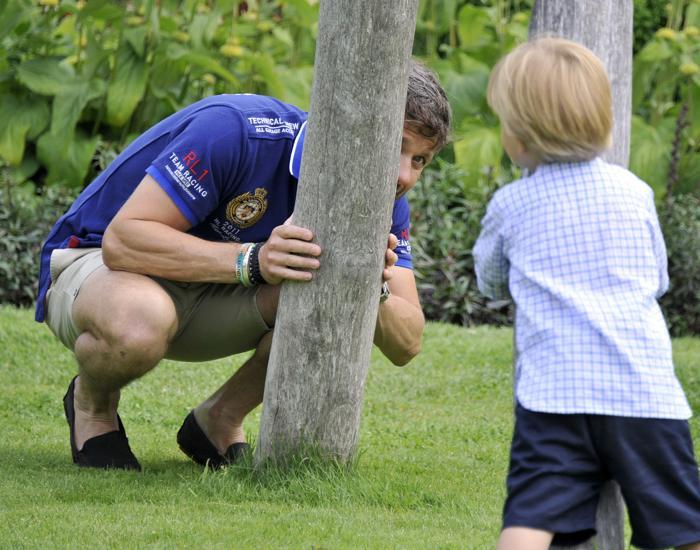 Наследный принц Дании Фредерик с сыном, принцем Винсентом, на летней фотосессии 27 июля 2013 года. Фото: Tim Riediger/Getty Images