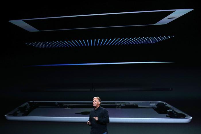 Фил Шиллер представляет внутреннее устройство новых iPad. Фото: Justin Sullivan/Getty Images